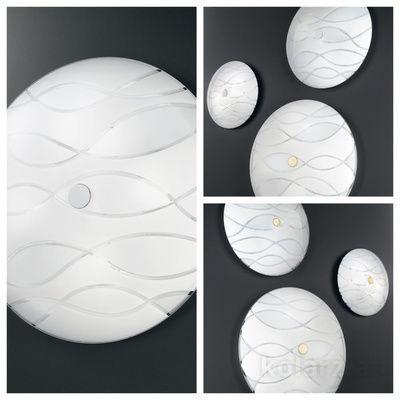 pseudo-45 Helles Deckenlicht in klaren Linien und erfrischendem Design. Die stylische Glaskuppel zeigt dynamische handgeschliffene Wellen.